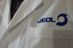 Výšivka JEOL na bílé pláště